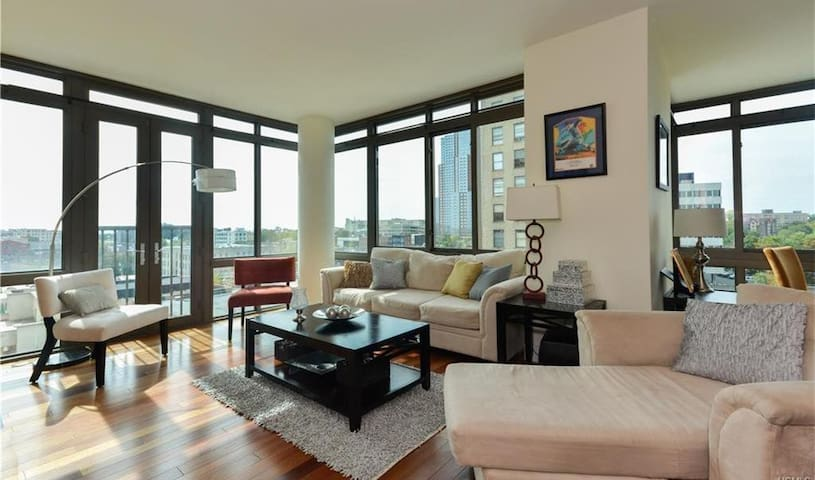 Luxury Suite in a 2 Bed/2.5 Bath, Full Amenities - New Rochelle - Condomínio