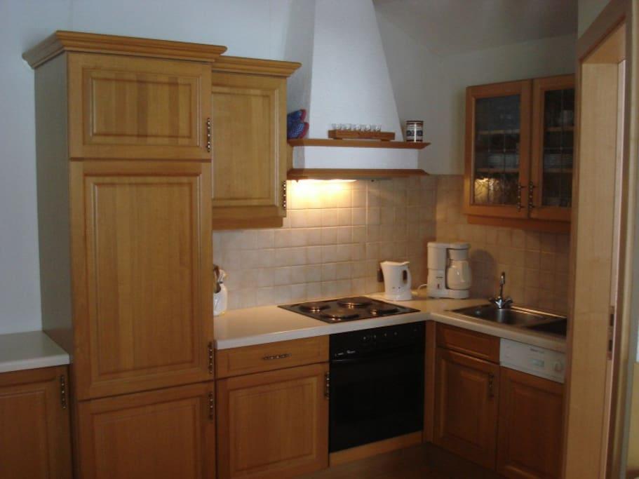 Gut ausgestattete Wohnküche mit Geschirrspüler