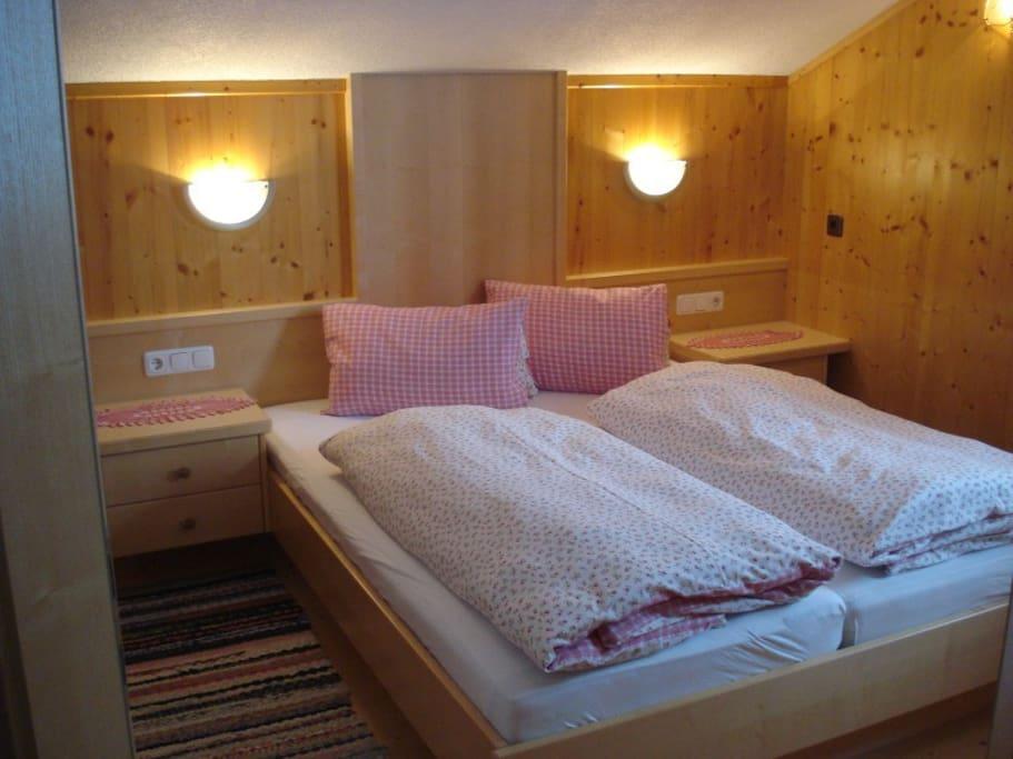 Schlafzimmer in gemütlichem Holzstil