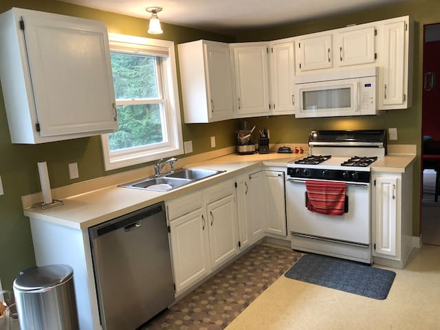 Just Outside of Syracuse - Spacious and Clean 4bd