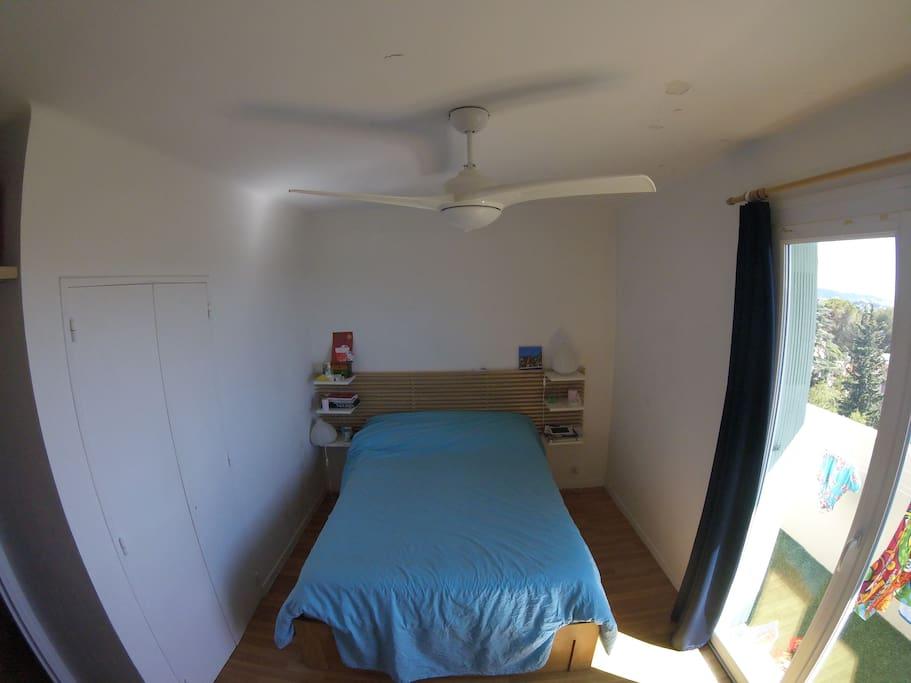 Chambre avec un lit double très confortable (matelas en évéa)