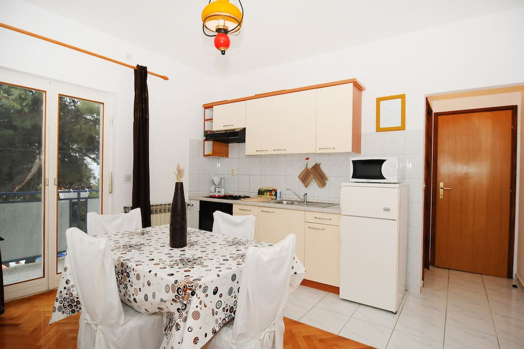 kitchen with dining area and sofa bed in the dining room