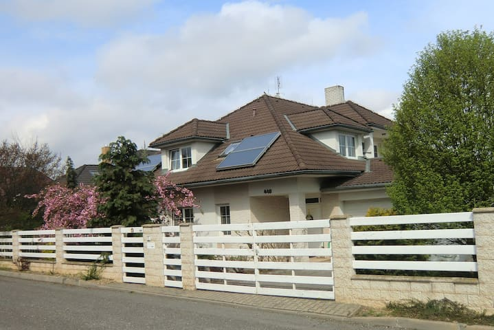 Room 20km from the center of Prague - Jesenice - House