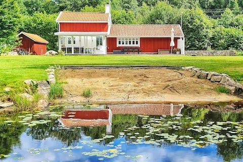 Charmigt hus vid sjön Möckeln i Älmhult