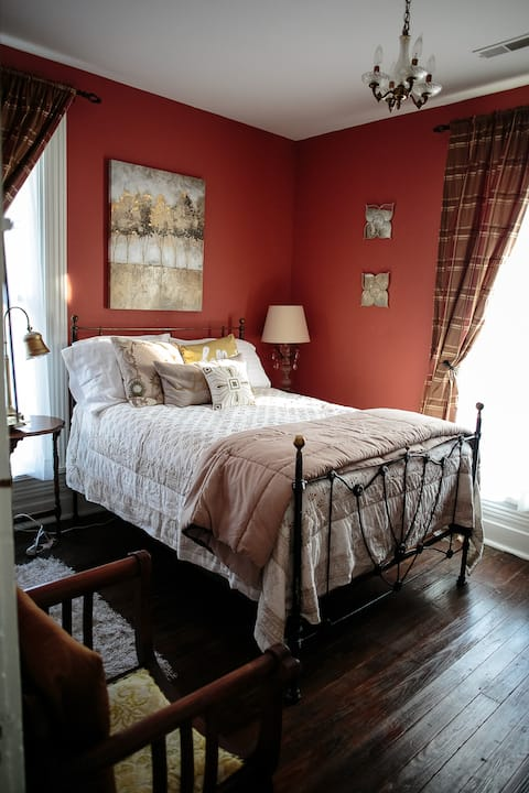 Charming Room in historic home-Breakfast included!
