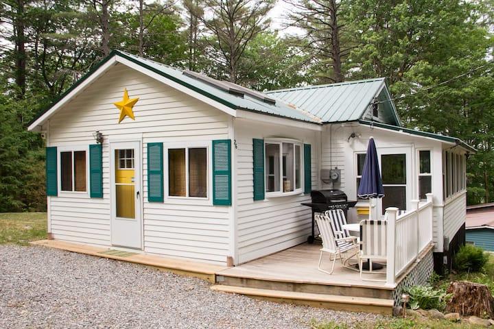 Cozy Cottage Near Crystal Lake