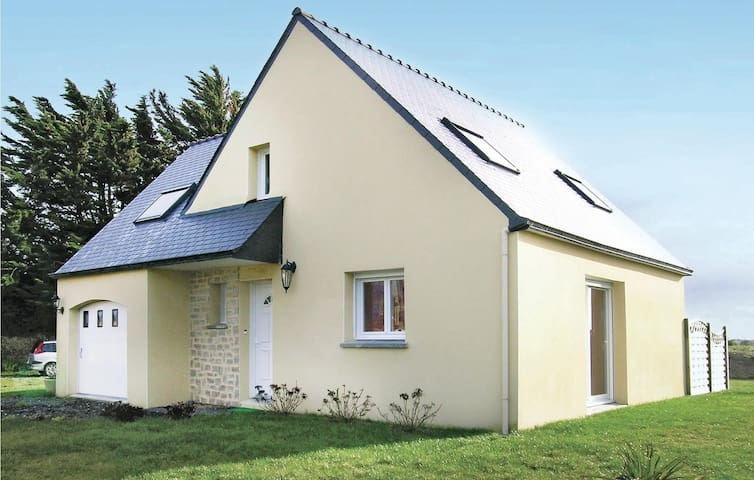 Holiday cottage with 3 bedrooms on 90 m² in Plounéour-Trez