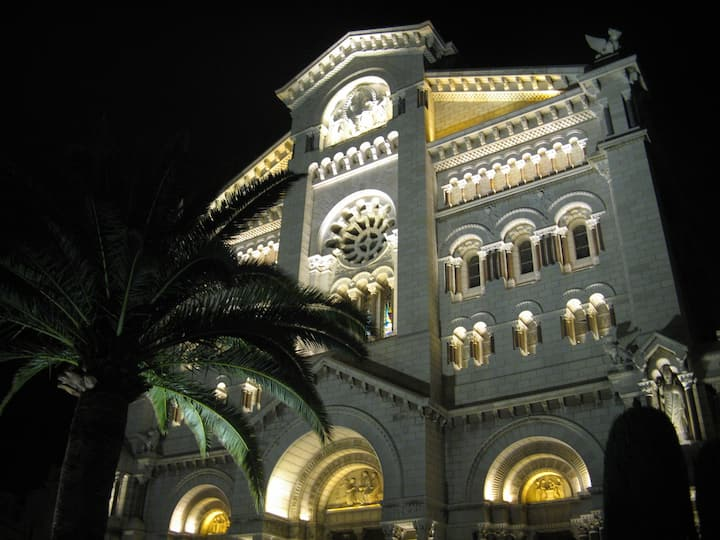 Walk your way to the Cathedral of Monaco