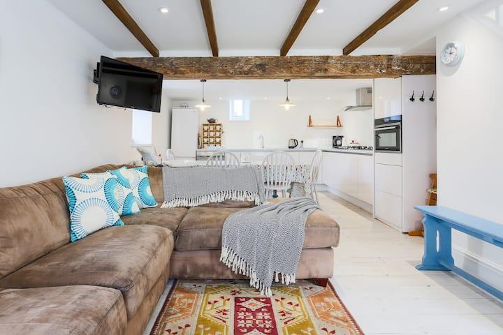 Annie's place, 4 bedroom cottage, sea views