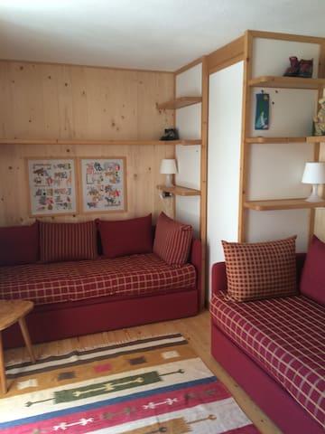 camera con 2 o 4 letti singoli, cabina armadio, accesso al terrazzo e scrivania