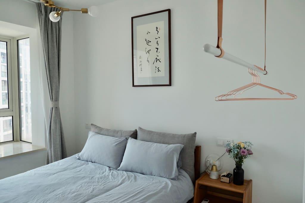 侧卧墙上的书法是房东的父亲亲笔书写