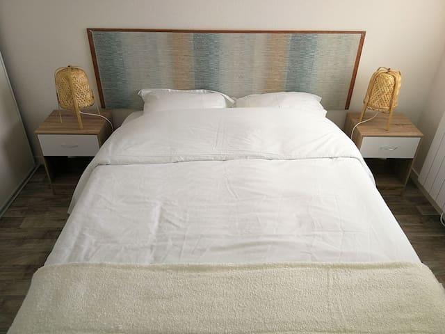 Chambre avec lit 140/190 et grand placard.