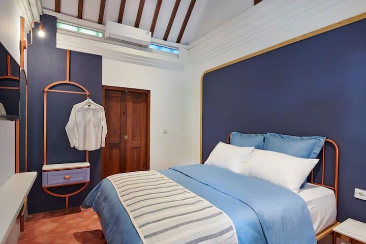 Purple Room Chendela Close to Tamansari