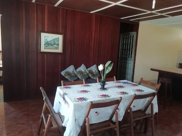 Casa segundo piso con árbol de coco  portón ocre.