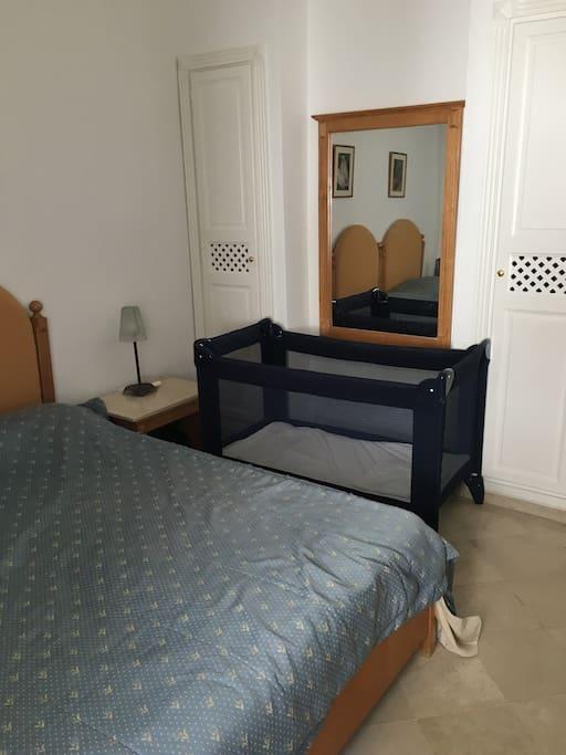 Chambre 2 lits qui peuvent être rassemblés en lit  une place, une autre chambre identique est à dispo et une grande suite parentale (lit bébé à dispo avec transat bébé)
