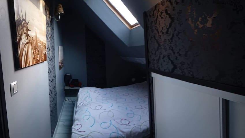 Chambre avec lit en 140, vélux et placard.
