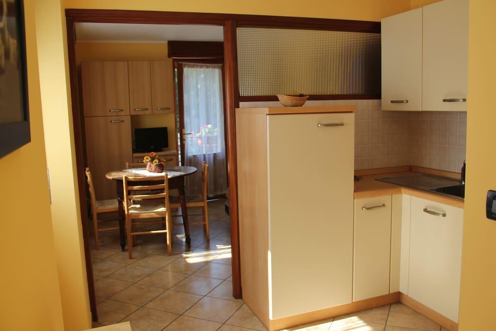 parte della cucina con vista sul soggiorno