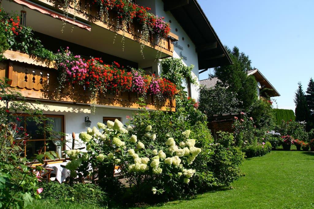 Unser Landhaus Anna: Im Erdgeschoss liegt die 60qm Ferienwohnung. Die Terrasse nutzt nur du!