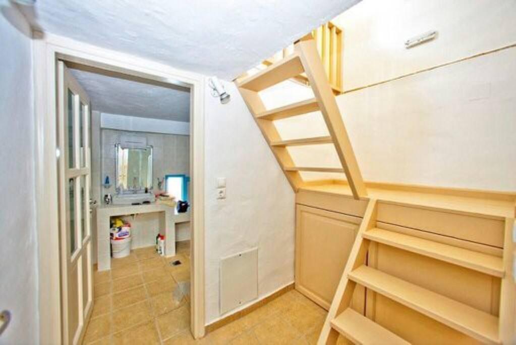 εσωτερική σκάλα που οδηγεί στο υπνοδωμάτιο και την τουαλέτα
