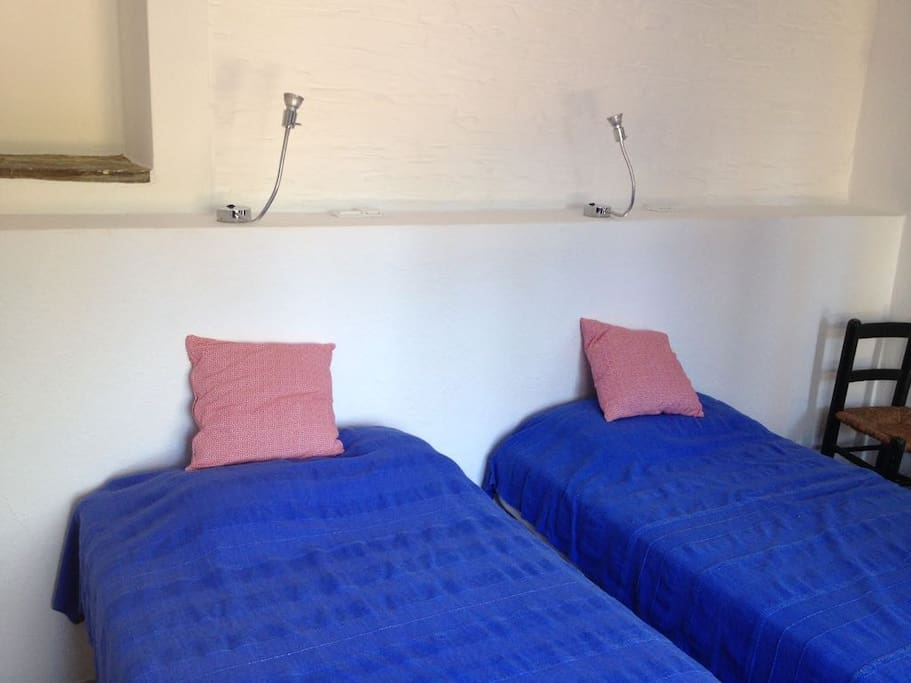 Deux lits simples et qui peuvent s'attacher pour faire  un double Dos camas que se pueden poner en uno grande