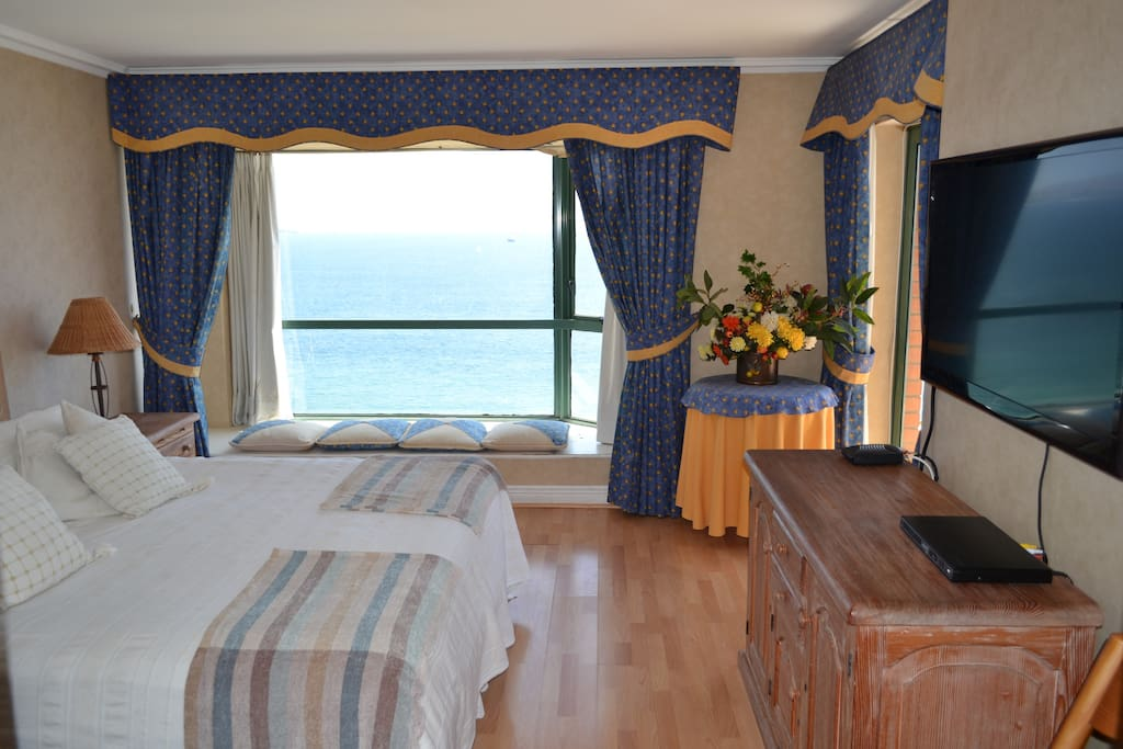 Master bedroom, bow window with ocean view and access to the Balcony/Pieza principal con bow window y acceso a la terraza.