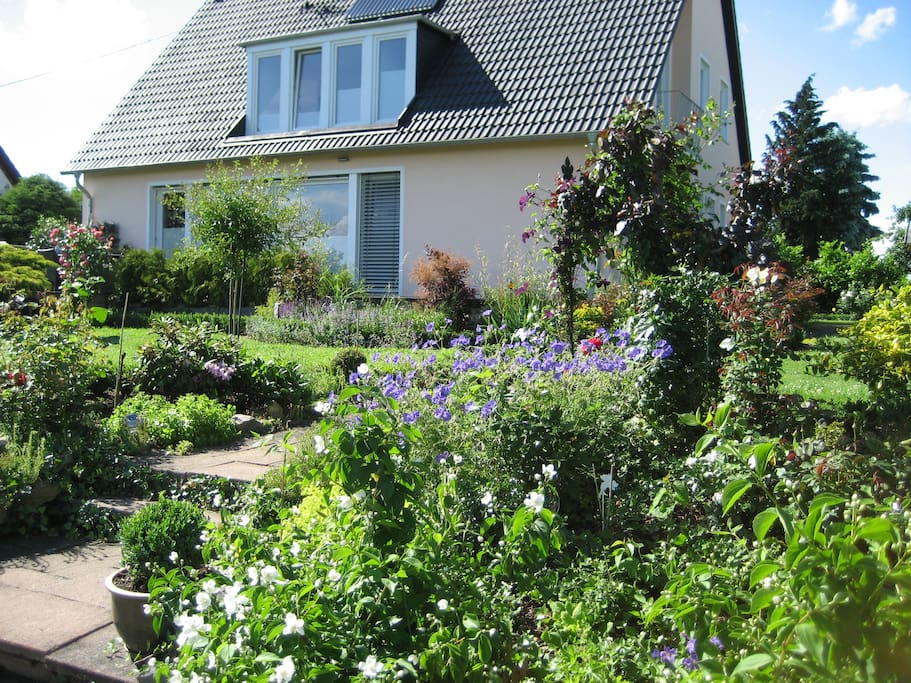 Garden with terrace, Main House and the appartment in the 1st floor / Garten mit Terrasse und Wohnung im 1. Stock