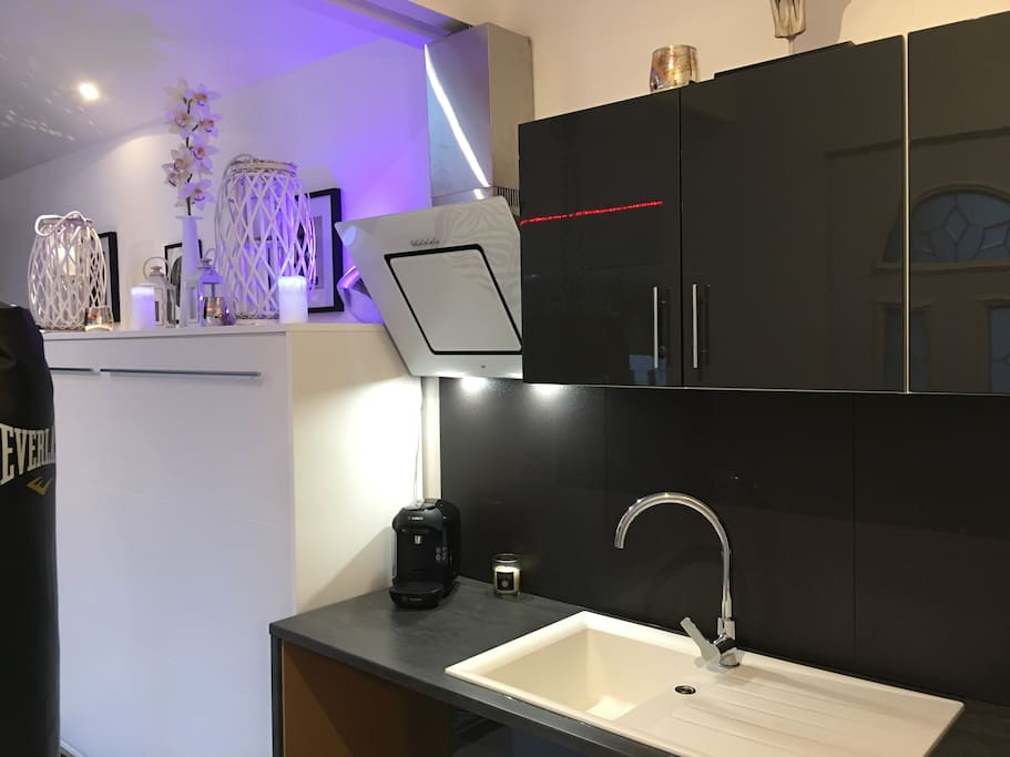 Espace cuisine avec micro onde et mini bar.