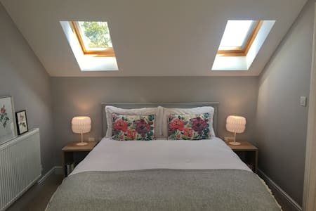 Lovely bright eaves ensuite-room in cheerful house