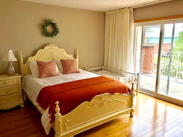 Queen bed & toddler bed with full lake view