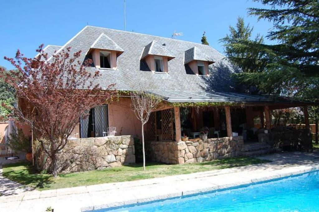 Beautiful charming house with pool houses for rent in for Piscina galapagar