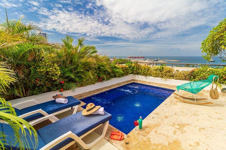 Jacuzzi y terraza privada con vista al mar
