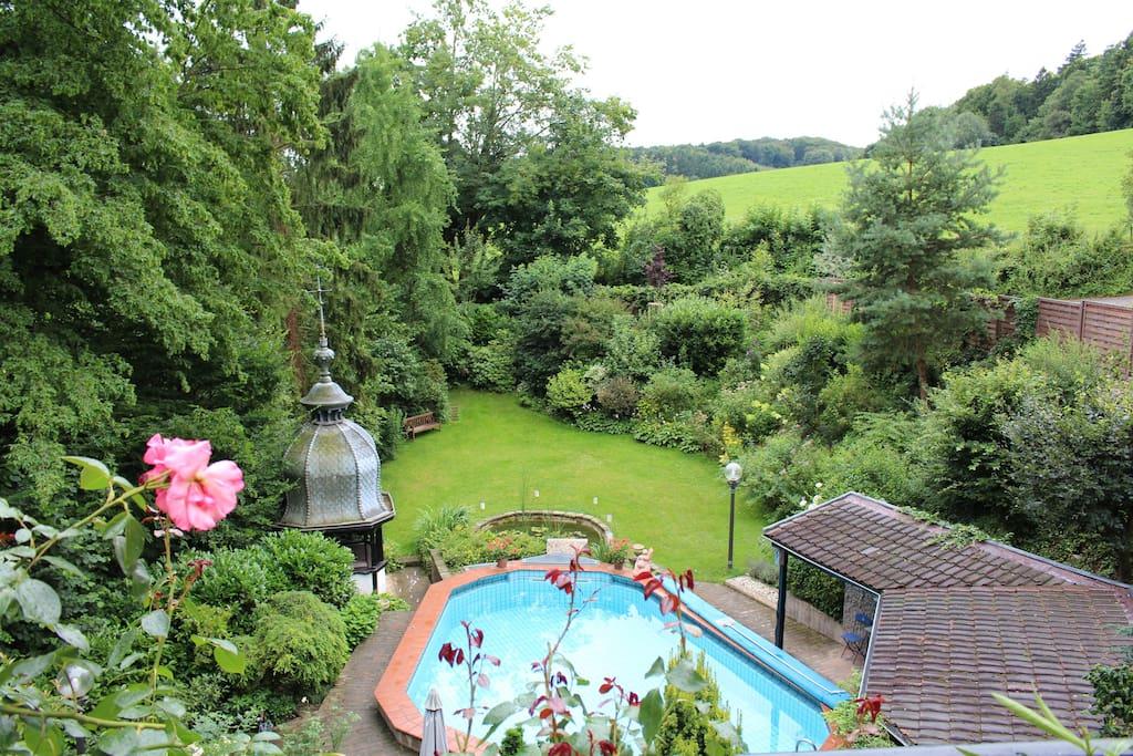 Garten mit Pool und Fischteich
