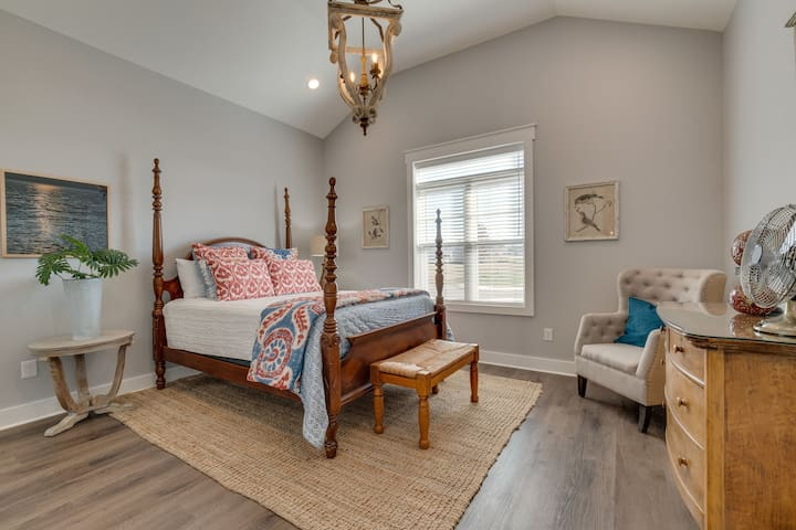 Main Floor Bedroom 2 with en-suite (queen bed)