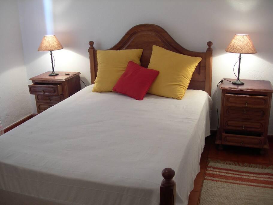 Este é o quarto prinicipal com uma cama de casal