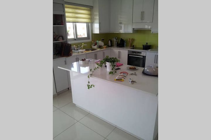 Modern double bed room with private bathroom - Lakatamia - Apartment