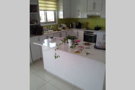 Modern double bed room with private bathroom - Lakatamia - Apartament