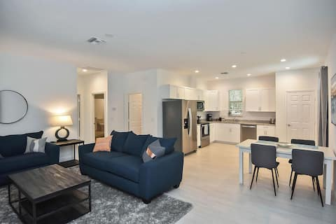 Contemporary Naples Park home minutes from beach