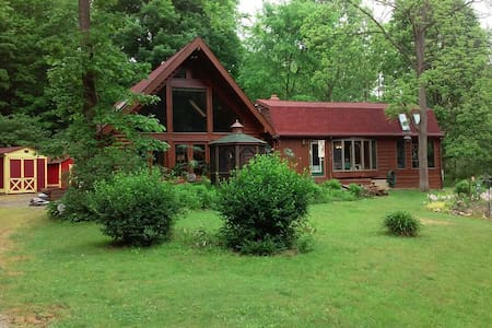 Country log home in secluded area - Glenmont