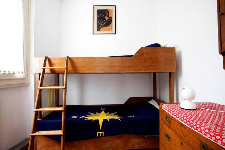 stanza con letti a castello misura standard