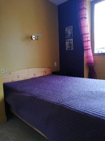 chambre lit 140 au même niveau que la chambre des enfants.