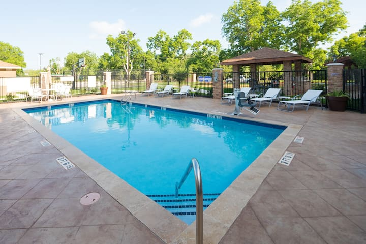 King Suite. Free Breakfast. Outdoor Pool. Near Sea Center Texas!