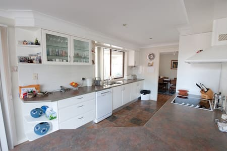 Quiet home, Plenty of space.  - Edensor Park - House