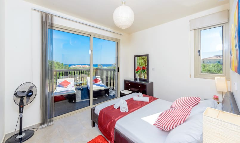Honeymoon Suite with Kingsize bed and balcony with day bed!
