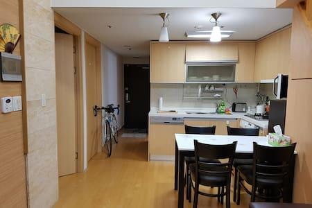 Gangnam Street View: Private Room in Shared Apt - Seocho-gu