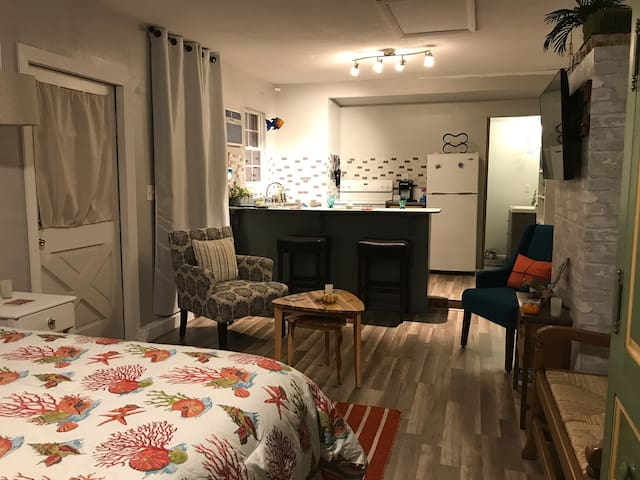 Newly renovated cozy studio  10 min to Siesta Key