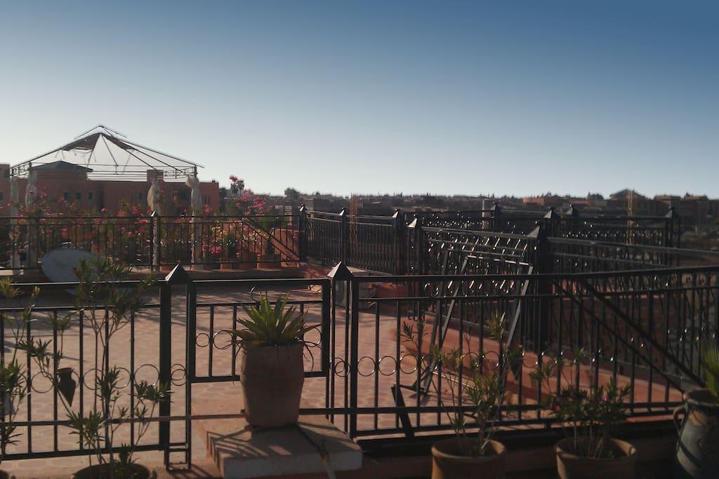 Vu magnifique de la terrasse sur la ville et le magnifique ciel Marocain