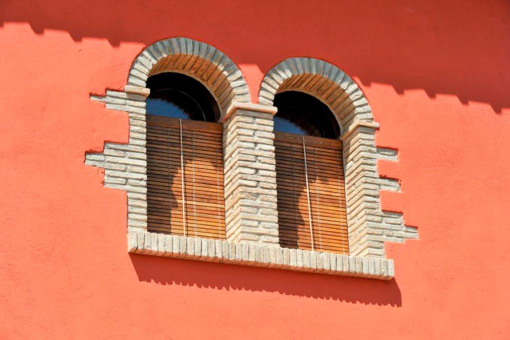 Ventanas en arco en la fachada principal