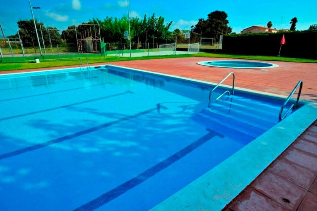 Piscinas de la zona deportiva de uso compartido:  da gusto bañarse cuando hace calor.