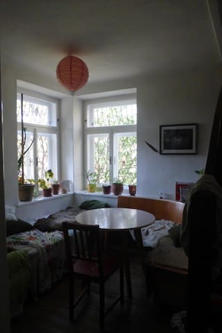 Quiet room with balcony, WIFI, 10 min. to center