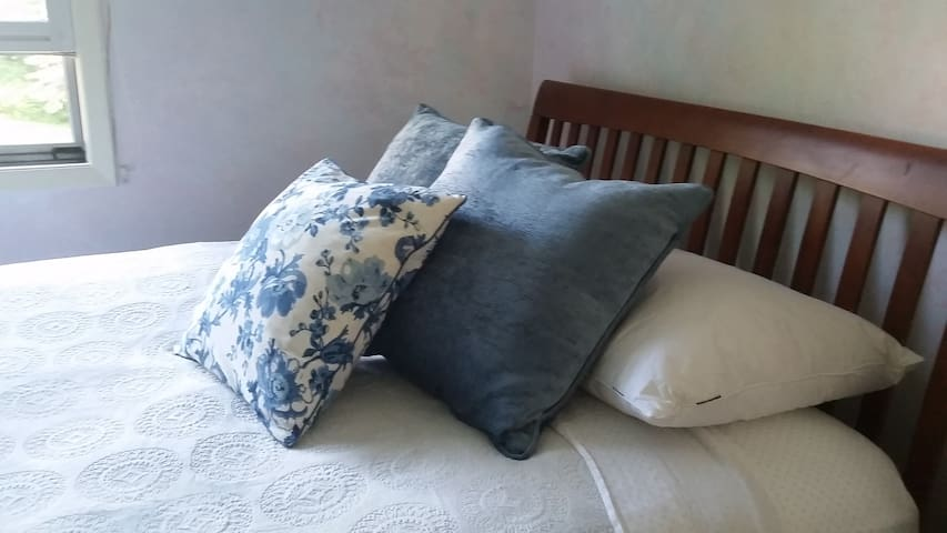 Bright white room/Queen Bed/ one of two